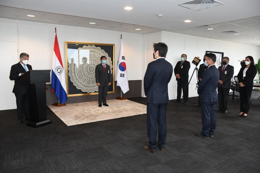 La presidencia de DINAC, condecoró al Director País de la KOICA, Sr. Man Shik Shin y al Vice Director País de la KOICA Sr. Hyunwoo Yang